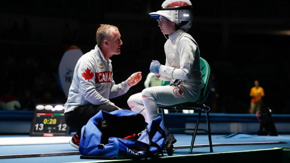 Eleanor Harvey reçoit les conseils de son entraîneur pendant une compétition