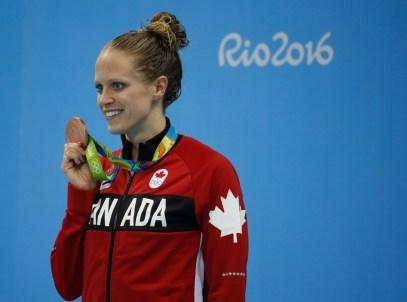 Hilary Caldwell, médaillée de bronze, durant la cérémonie des médailles suite à la finale du 200 m dos aux Jeux de Rio. 12 août 2016. Photo Mark Blinch