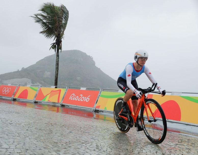 Cycliste sur route en compétition.