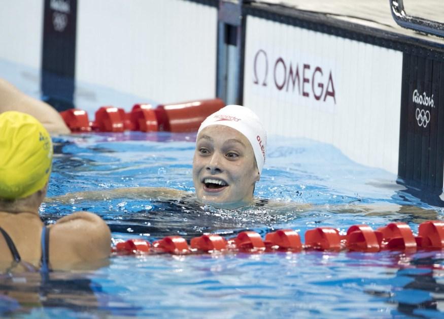 Penny Oleksiak après sa course qui lui a valu la médaille d'or, au 100 m style libre aux Jeux de Rio. 11 août 2016. Photo Stephen Hosier/COC