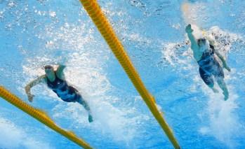 Penny Oleksiak (gauche) et Cate Campbell (Australie, droite) durant la finale du 100 m style libre aux Jeux de Rio 2016. 11 août 2016. (AP Photo/Lee Jin-man)