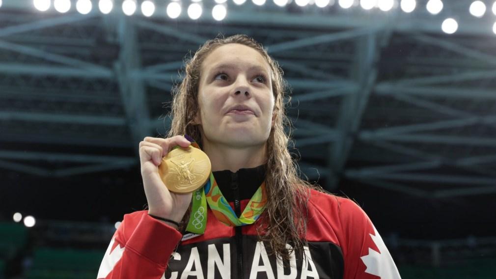 Penny Oleksiak et sa médaille d'or à la suite de la finale du 100 m nage libre, aux Jeux de Rio. 11 août 2016. Photo Jason Ransom/COC