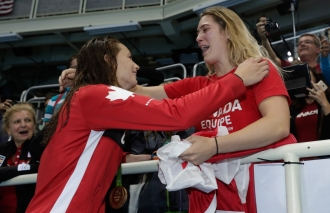 Penny Oleksiak célèbre sa médaille d'or au 100 m style libre aux Jeux de Rio. 11 août 2016. Photo Jason Ransom/COC