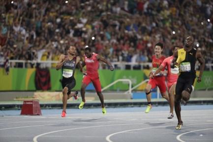 Les Canadiens décrochent le bronze olympique lors de la finale du relais 4x100 m au stade olympique à Rio de Janeiro, vendredi le 19 août 2016. (Photo : COC/Steve Boudreau)