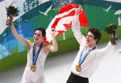 Tessa et Scott soulève le drapeau canadien
