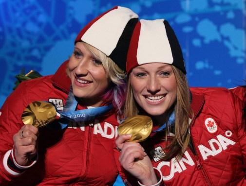 Kaillie Humphries et Heather Moyse célèbrent leur médaille d'or en bobsleigh féminin aux Jeux olympiques de Vancouver, le 25 février 2010. (AP Photo/Ricardo Mazalan)