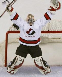 Le gardien de but Martin Brodeur célèbre le cinquième but du Canada, compté par son coéquipier Joe Sakic, en troisième période du match pour l'or en hockey masculin aux Jeux olympiques de Salt Lake City, aux États-Unis, le 24 février 2012. (CP PHOTO/Tom Hanson)