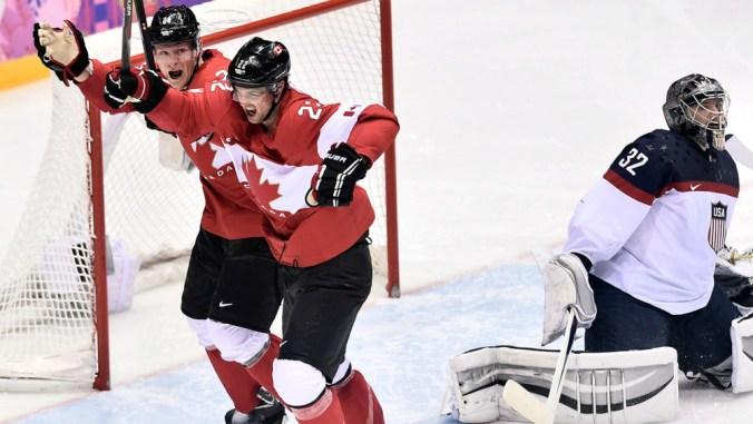 Deux joueurs canadiens bras dessus, bras dessous