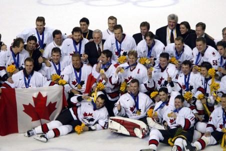 L'équipe pose après avoir gagné l'or