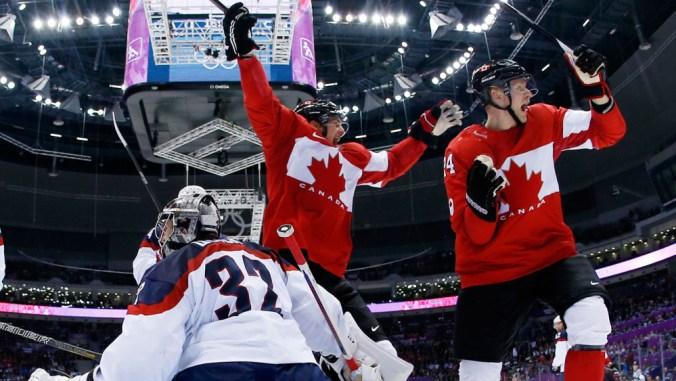 Deux joueurs canadiens célèbrent devant le but adverse