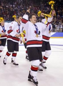 Paul Kariya et d'autres joueurs canadiens célèbrent