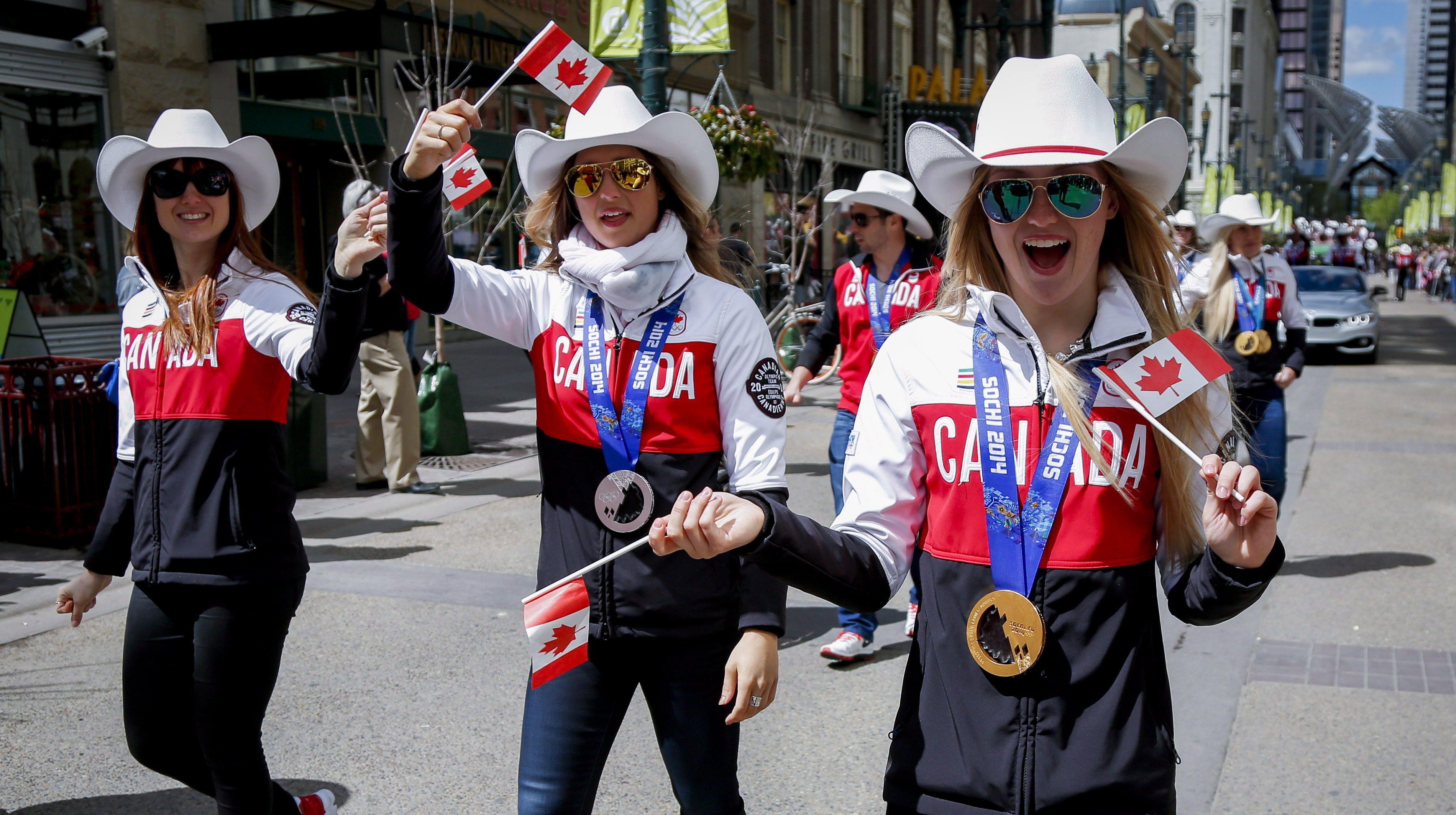 Trois athlètes marchent dans les rues de Calgary.