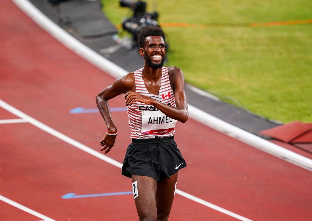 Mohammed Ahmed court sur la piste d'athlétisme