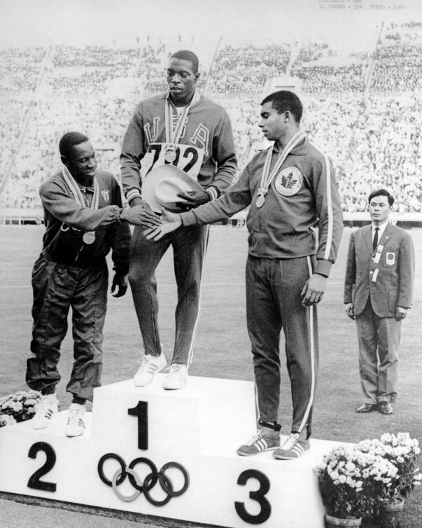 Les trois médaillés se serrent la main sur le podium