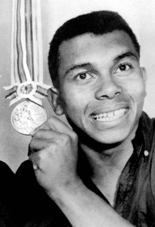 Harry Jerome (bronze au 100 mètres) montre sa médaille aux Jeux de Tokyo de 1964. (Photo PC/AOC)