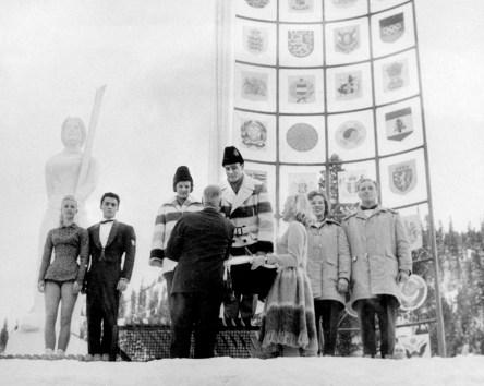 Barbara Wagner et Robert Paul (centre) célèbrent leur médaille d'or aux Jeux d'hiver de Squaw Valley de 1960. (Photo PC/AOC)