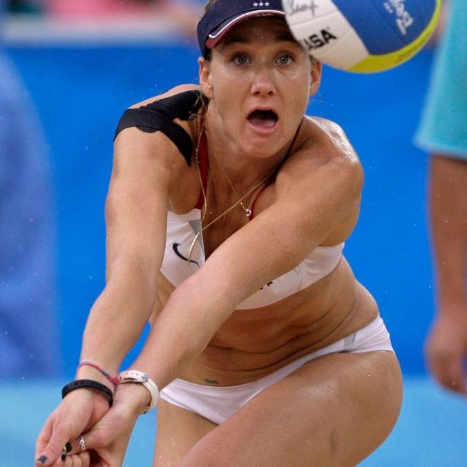 L'américaine Kerri Walsh lors du match de volleyball de plage de la médaille d'or contre la Chine au Terrain de volleyball du parc Chaoyang aux Jeux olympiques de Beijing le 21 août 2008. (AP Photo / Natacha Pisarenko, Fichier)