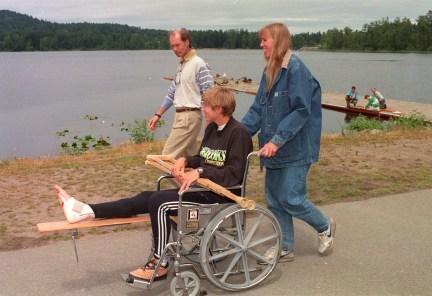 Silken Laumann accompagnée de sa soeur Daniele Laumann Hart et du docteur Richard Backus, le 9 juin 1992. (CP PHOTO/Bruce Stotesbury)