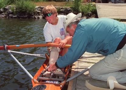 Silken Laumann ajuste son attelle jambière avec l'aide de son ami Peter Smith, le 12 juin 1992. (CP PHOTO/Bruce Stotesbury)