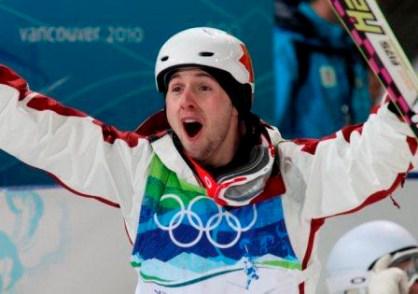 Alexandre Bilodeau célèbre après sa victoire aux Jeux de Vancouver.