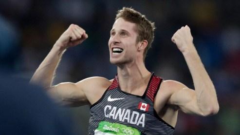Derek Drouin domine la compétition du saut en hauteur à Rio.