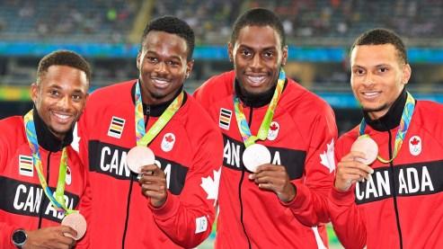 De gauche à droite : Akeem Haynes Aaron Brown, Brendon Rodney et Andre De Grasse, vainqueurs du bronze au relais 4x100 m à Rio 2016.
