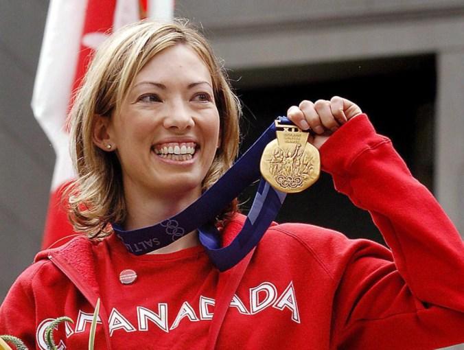 Beckie Scott reçoit finalement sa médaille d'or après la disqualification de ses rivales. PC/Chris Bolin