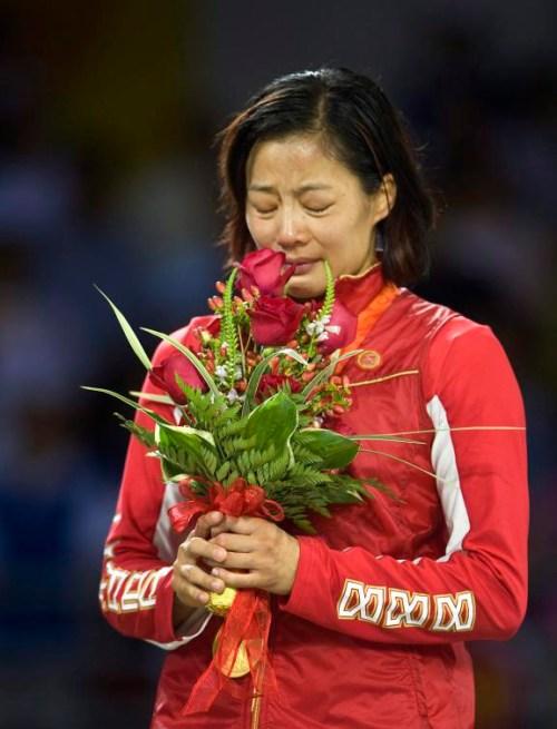 Carol Huynh est émotive après avoir reçu sa médaille d'or. PC/Paul Chiasson