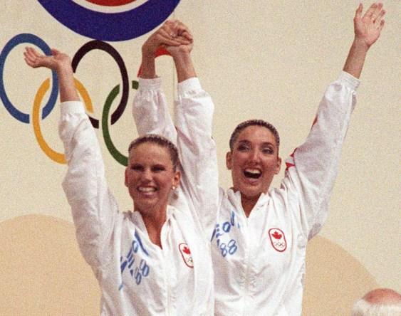 Carolyn Waldo (gauche) et Michelle Cameron du Canada célèbrent après avoir remporté une médaille d'or à l'épreuve du duo en nage synchronisée aux Jeux de Séoul en 1988. (PC Photo/AOC)