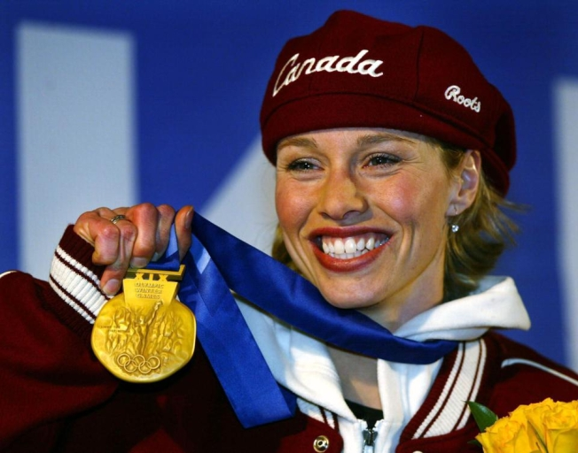 La médaillée d'or du Canada à l'épreuve du 500 mètres de patinage de vitesse longue piste, Catriona Le May Doan, salue la foule après avoir reçu sa médaille d'or le vendredi 15 février 2002, aux Jeux olympiques d'hiver de Salt Lake City. (Photo PC/AOC)