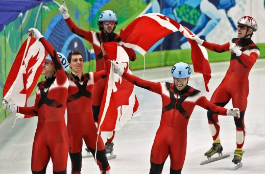 L'équipe composée d'Olivier Jean, Guillaume Bastille, Charles Hamelin, Francois-Louis Tremblay et Francois Hamelin, de gauche à droite, célèbre sa victoire au relais 5 000 m à Vancouver. (PC/Tara Walton)