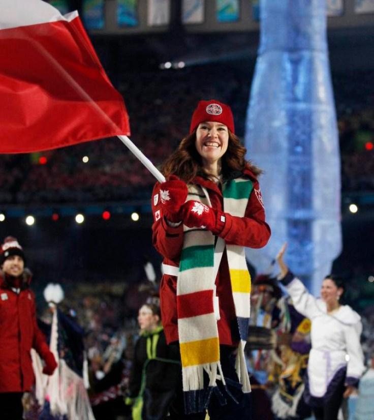 Clara Hughes porte le drapeau