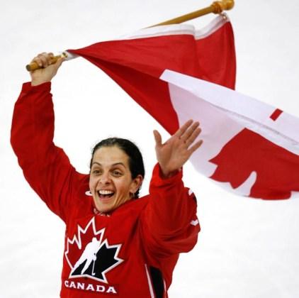 Danielle Goyette célèbre la deuxième médaille d'or consécutive du Canada en hockey féminin. (CP PHOTO/Paul Chiasson)
