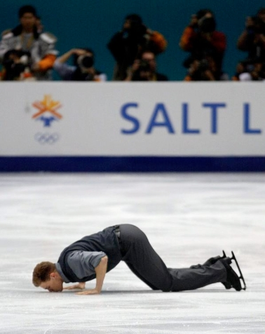 David Pelletier embrasse la glace après le programme libre de Salt Lake City (AP Photo/Roberto Borea)
