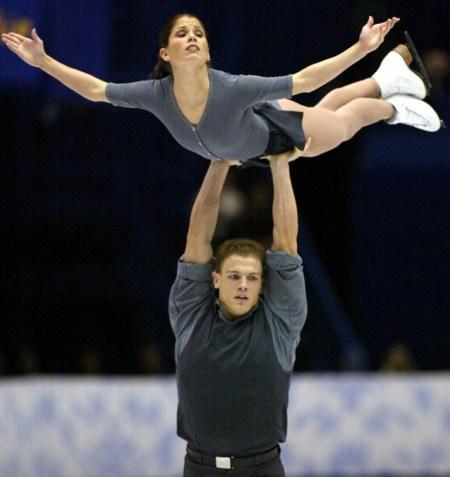 La patineuse canadienne Jamie Salé est soulevée par son partenaire David Pelletier lors du programme libre en couple, le lundi 11 février aux Jeux olympiques d'hiver de Salt Lake City 2002. (Photo PC/AOC/André Forget).