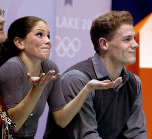 Jamie Salé et David Pelletier sont en désaccord avec les notes finales des juges. (AP Photo/Lionel Cironneau)