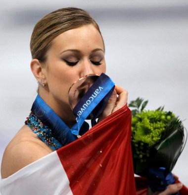 Joannie Rochette embrasse sa médaille de bronze lors de la cérémonie des médailles aux Jeux de Vancouver. (AP Photo/David J. Phillip)