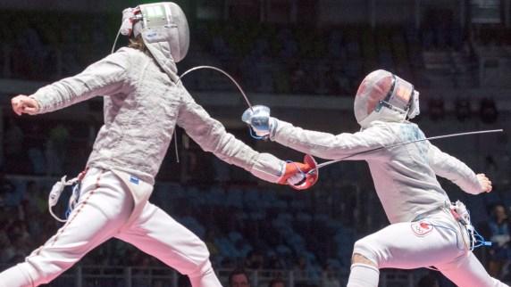 Joseph Polosifakis du Canada, à droite, de Montréal, marque un point sur Aliaksndr Buikevich de Biélorussie lors de leur match de sabre individuel aux Jeux olympiques de 2016, le mercredi 10 août 2016 à Rio de Janeiro, au Brésil. LA PRESSE CANADIENNE / Ryan Remiorz