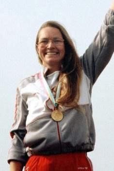 La tireuse Linda Thom est bien heureuse de recevoir sa médaille d'or.