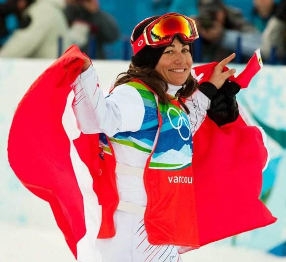 Maelle Ricker célèbre sa médaille d'or en snowboard cross aux Jeux de Vancouver.