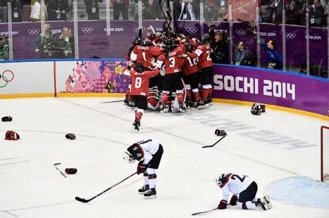 L'équipe canadienne célèbre sa victoire pour la médaille d'or sur la patinoire de Sotchi. (PC/Nathan Denette)