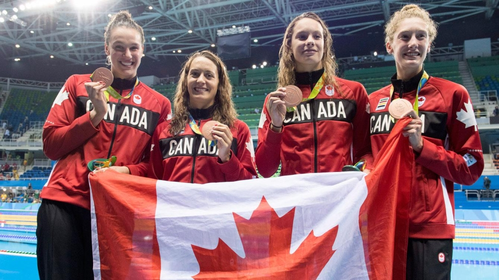 De gauche à droite : Chantal Van Landeghem, Sandrine Mainville, Penny Oleksiak et Taylor Ruck, les récipiendaires du bronze au 4x100 m style libre.