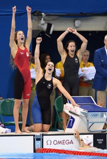 L'équipe du 4x200 m style libre célèbre leur médaille de bronze.