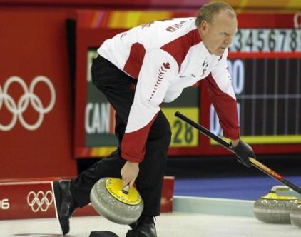 Russ Howard mène le Canada à la médaille d'or aux Jeux de Turin. (CP PHOTO/Andrew Vaughan)