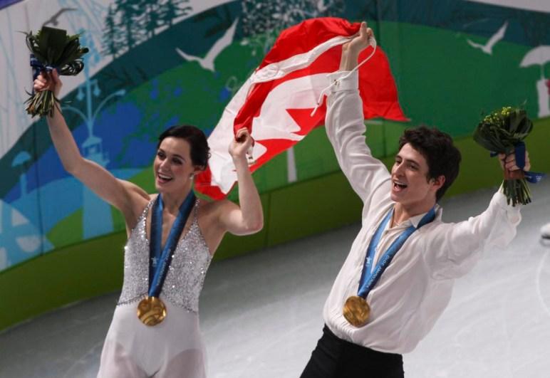Tessa Virtue et Scott Moir font un tour de victoire avec leur médaille d'or aux Jeux de Vancouver. (PC/Mike Ridewood)