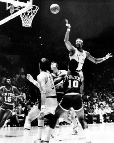 Wilt Chamberlain effectue un panier contre les Knicks de New York dans un match de basketball des finales de la NBA à Los Angeles en 1972. (AP Photo / File)
