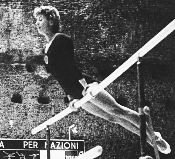 Sur cette photo du 8 septembre 1960, Larisa Latynina de l'Union soviétique participe aux Jeux olympiques d'été de 1960 à Rome. Elle a remporté la médaille d'or dans l'épreuve de gymnastique individuelle. (Photo AP)