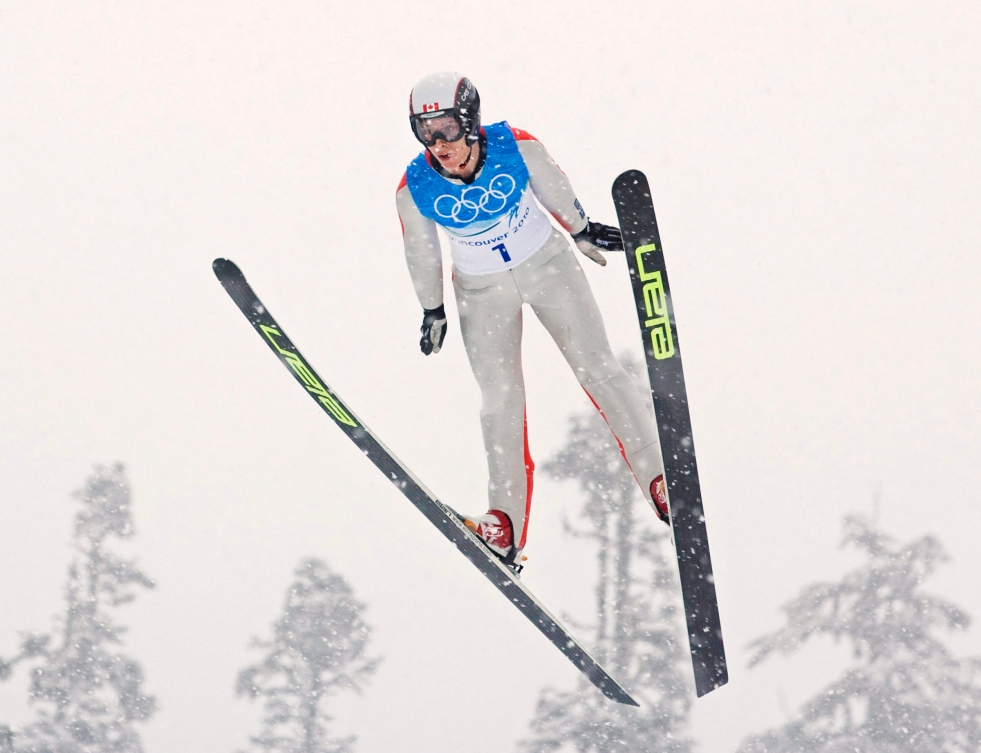 Eric Mitchell en plein vol lors d'un saut à ski