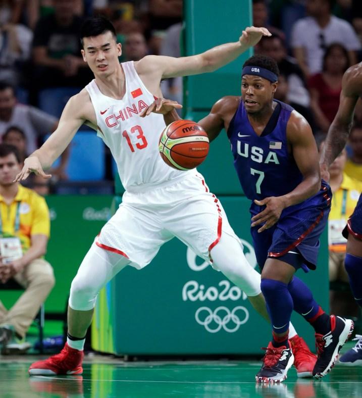 Kyle Lowry (7) prend une balle en amont devant le chinois Li Muhao (13) lors d'un match de basketball aux Jeux olympiques d'été de 2016 à Rio de Janeiro, au Brésil, le samedi 6 août 2016. (AP Photo / Charlie Neibergall)