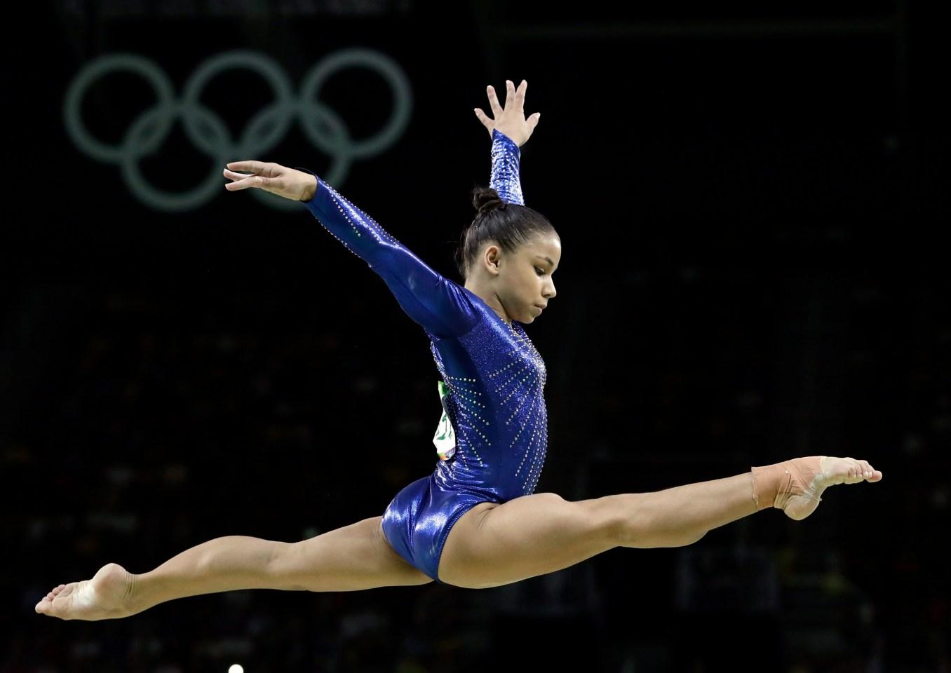 La brésilienne Flavia Saraiva performe sur la poutre d'équilibre lors de la finale de l'équipe féminine de gymnastique artistique aux Jeux olympiques d'été de 2016 à Rio de Janeiro, au Brésil, le 9 août 2016. (AP Photo / Rebecca Blackwell)